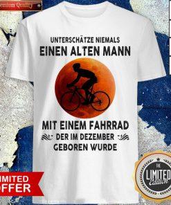 Bicycle Unterschätze Niemals Einen Alten Mann Mit Einem Fahrrad Der Im Dezember Geboren Wurde Shirt