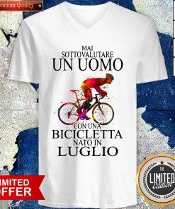 Top Bicycle Man Mai Sottovalutare Un Uomo Con Una Bicicletta Nato In Luglio V-neck